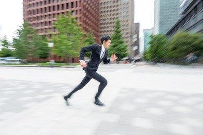 走り出す人